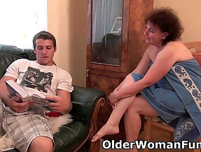 Chubby granny her wet pussy drilled on the couch