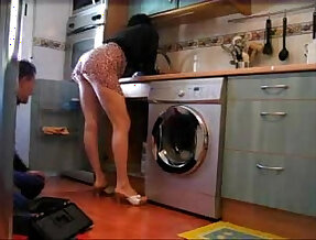 Ama de casa poniendo cachondo al fontanero